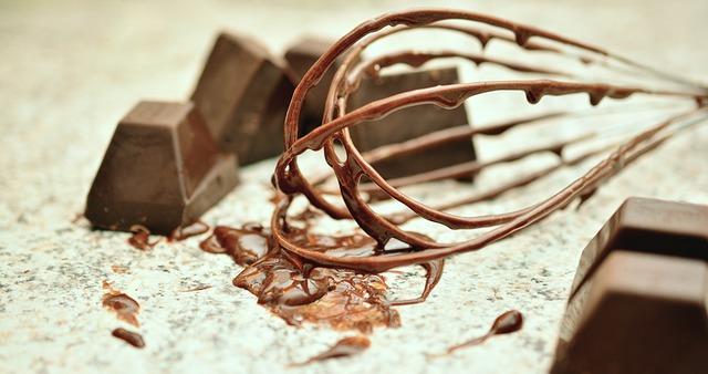 fouet endoui de chocolat coulant goute par goute.