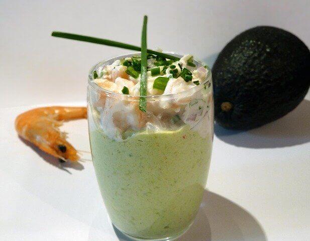 Crevettes citronnées, présentées dans des petits verre transparent avec deux tiges de ciboulette.
