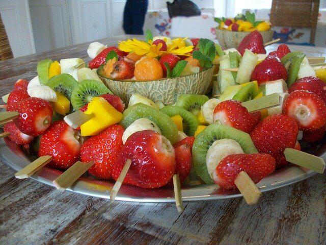 Brochettes de fruits, une assiette haute en couleur