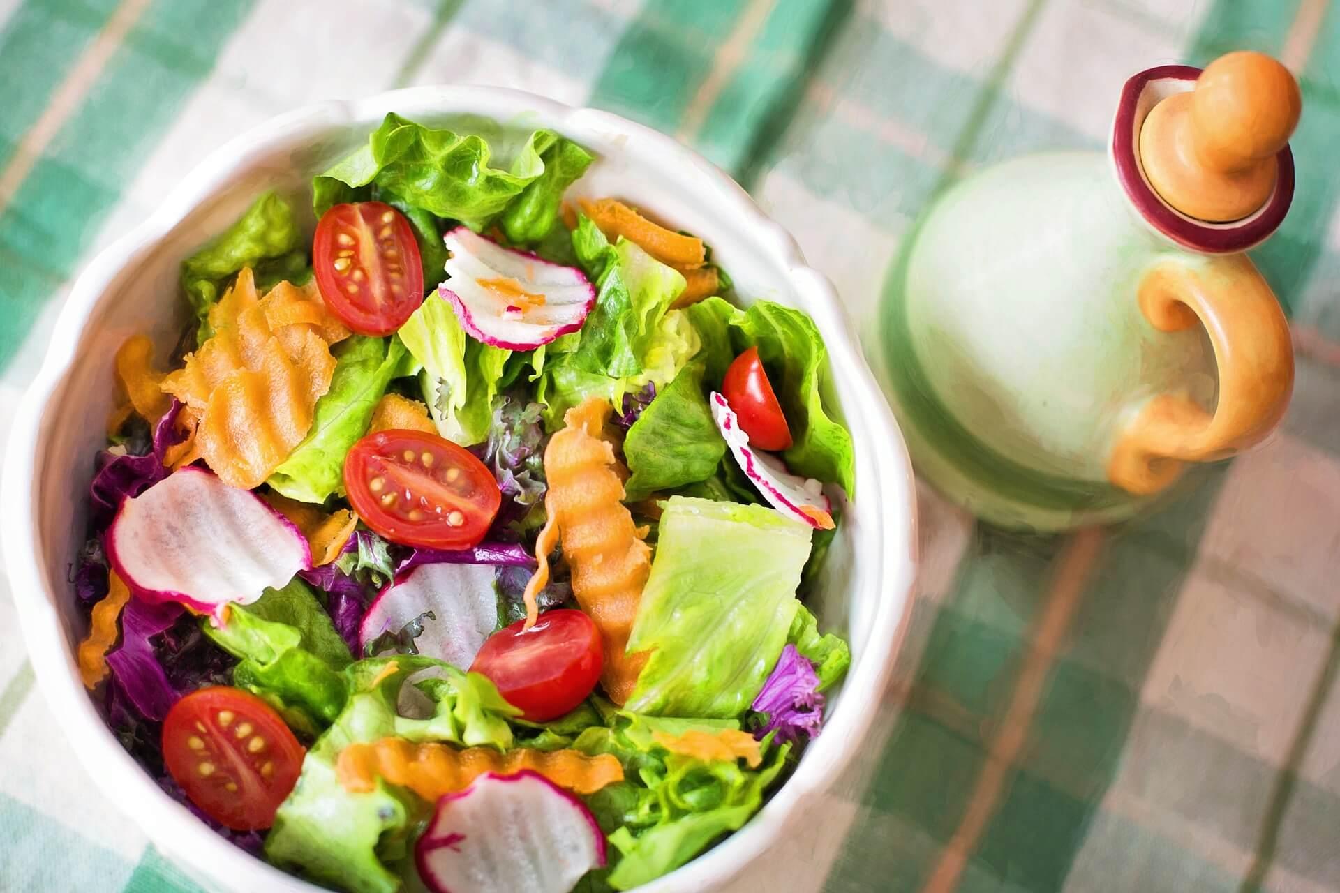 Salade océane, dans un bol haut en couleur.
