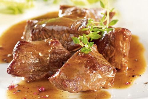 Plat en sauce, Carbonnade de Bœuf, quelques morceaux de viandes et des herbes de provences.