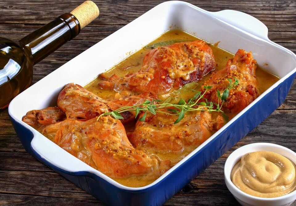lapin rôti à la moutarde dans un plat spécial four